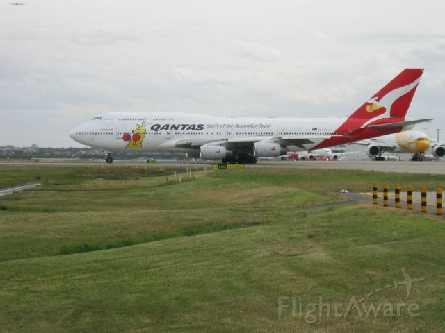 Boeing 747-400 (VH-OJU) - I was standing 200m's right of the center of runway 25.