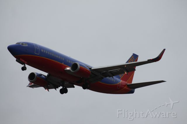 BOEING 737-300 (N373SW) - Southwest 737-300 on final for runway 6.