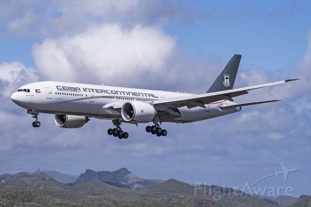 Boeing 777-200 (CS-TQX)