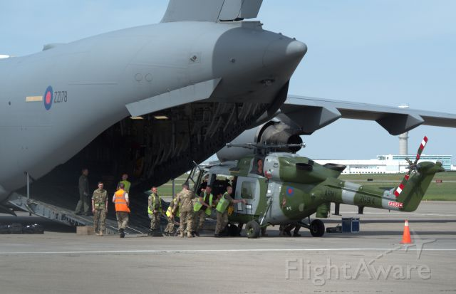 Boeing Globemaster III (ZZ178) - Teamwork to unload cargo at Calgary airport