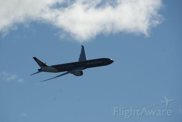 Boeing 777-200 (ZK-OKQ)