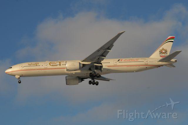 BOEING 777-300 (A6-ETJ) - Landing 28-C