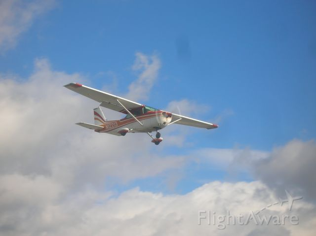 Cessna Skyhawk (N12213) - Short final for runway 16.