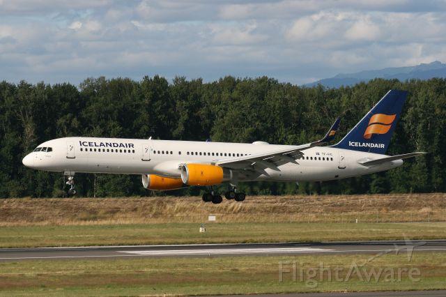 Boeing 757-200 (TF-FIC)
