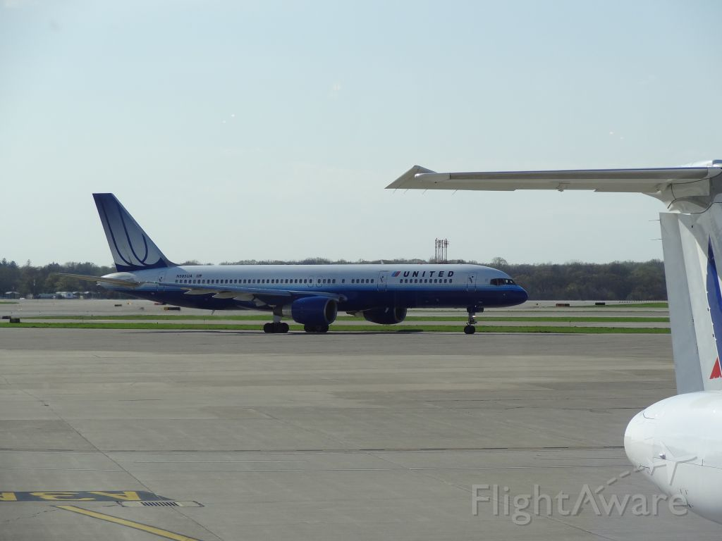 — — - United 757 at CLE