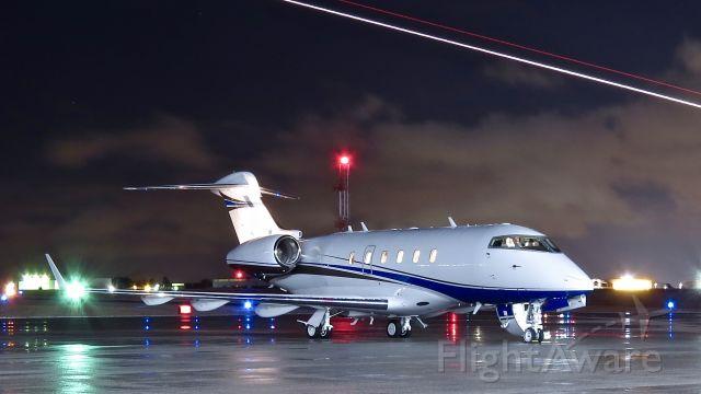 Bombardier Challenger 300 (N125TM) - Best viewed in full.