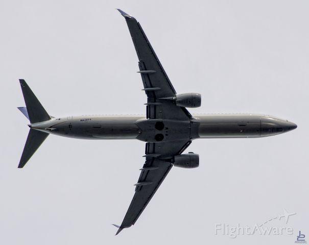 Boeing 737-900 — - Underneath Newarks 22L approach path.