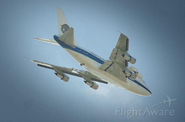 BOEING 747SP (PWC744) - En approche pour CYMX au dessus de Rosemère, QC CANADA, Altitude 3200 pi. br /Pratt And Whitney Canada possède 2 de ces avions qui sont en fait des laboratoires volants. Dotée d'équipement de pointe, (ce sont des Boeing 747SP modifiés) ils servent aux essais de moteurs. Comparativement aux avions utilisés auparavant pour les essais, les nouveaux Boeing offrent un meilleur rapport performances/poussée. br /Les moteurs en essais sont attachés sur le fuselage même de lavion:br /a rel=nofollow href=http://www.youtube.com/watch?v=cIB7C5LfAi0https://www.youtube.com/watch?v=cIB7C5LfAi0/a