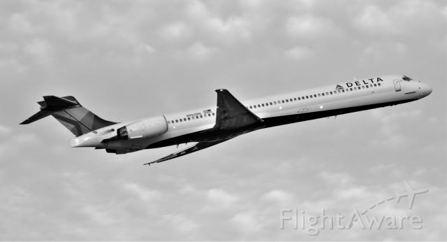 McDonnell Douglas MD-90 (N962DN) - Delta Air Lines MD90 departing IAH Airport.  Houston, Tx.