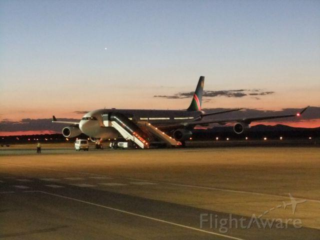 Airbus A340-300 (V5-NMF) - Am Abend des 09.10.2011 auf dem Vorfeld WDH fotografiert - die mittlerweile ausgemusterte V5-NMF der Air Namibia.