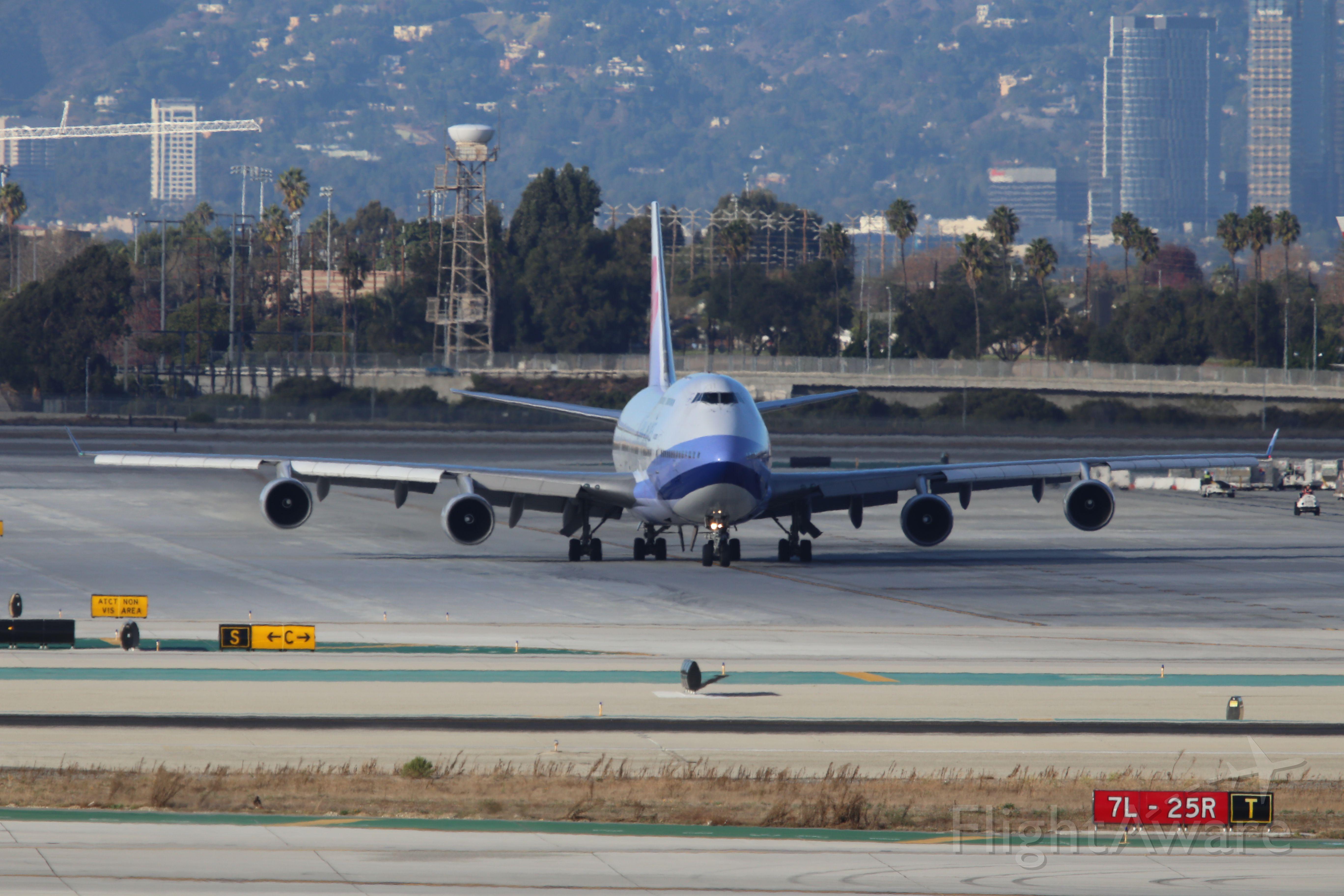 Boeing 747-400 (B-18207)