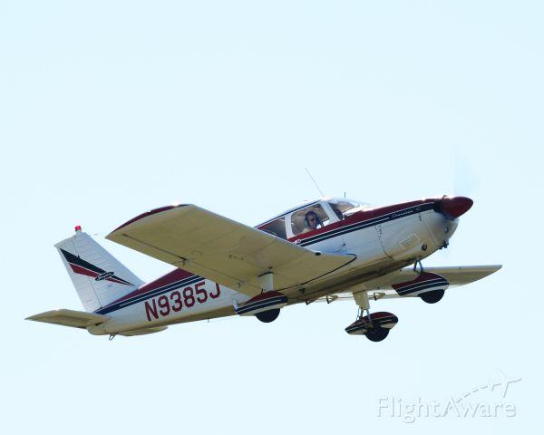 Piper Cherokee (N9385J) - Departing runway 25