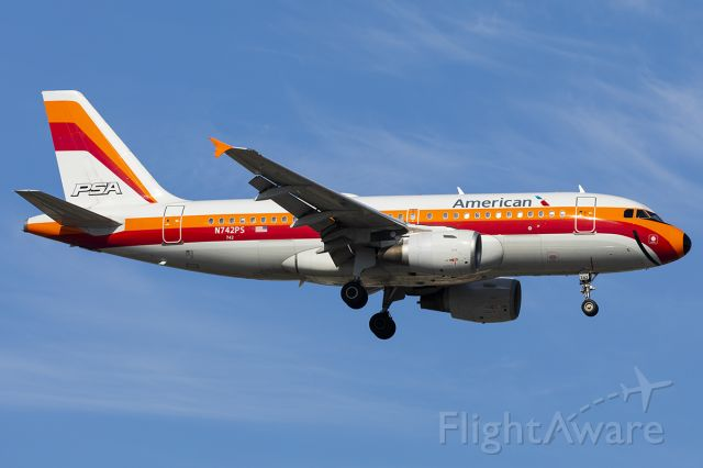 Airbus A319 (N742PS)
