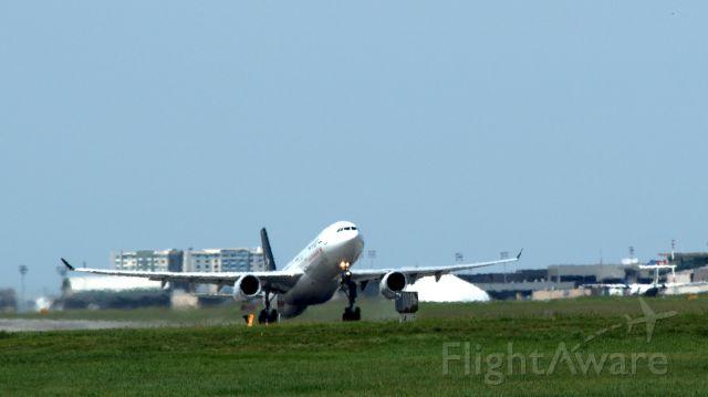 Airbus A330-300 (C-GHLM)