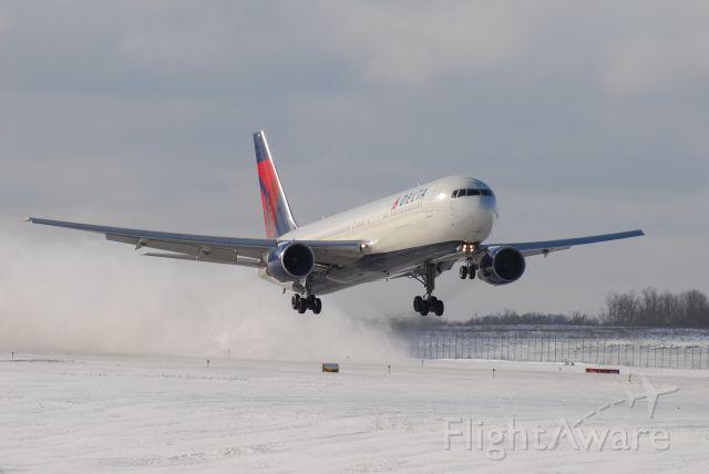 BOEING 767-300 (N190DN)