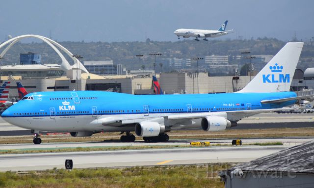 Boeing 747-400 (PH-BFS) - This image is a KLM Boeing 747-400, it just arrived from Amsterdam! Also in the background you can see an Air New Zealand Boeing 777 inbound for landing.