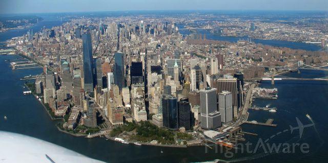 Cessna Skyhawk (N612DF) - Flying along the Hudson River.