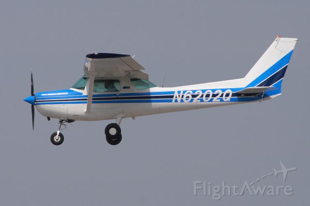 Cessna 152 (N6202Q) - Sweet looking Cessna doing touch n go