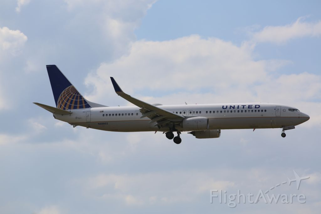 Boeing 737-900 (N68802) - United Airlines 737-900 on final approach to EWR