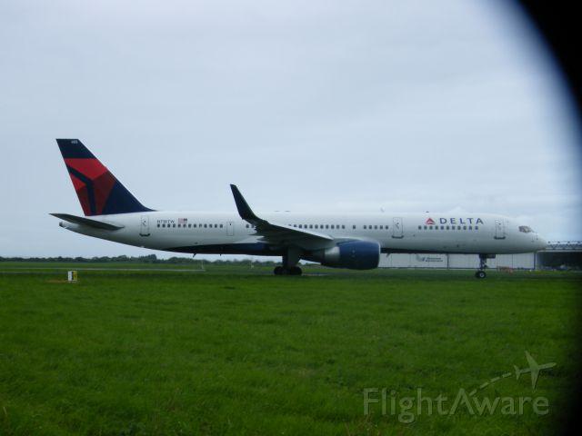 Boeing 757-200 (N718TW) - N718TW B757 DEP AS DAL 123 ON 12-05-2011