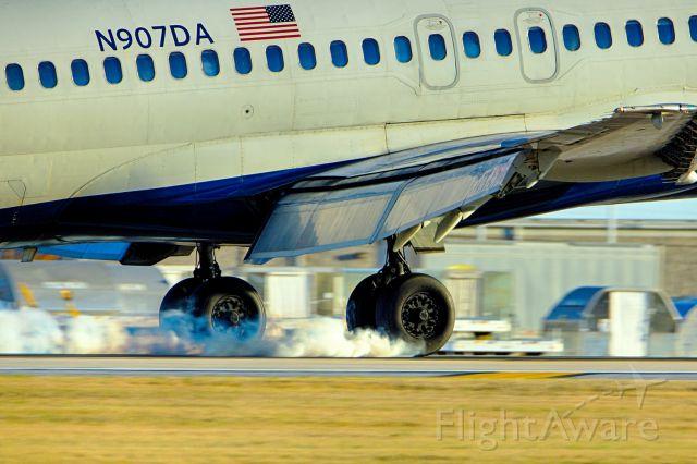 McDonnell Douglas MD-90 (N907DA) - 22 arrival.