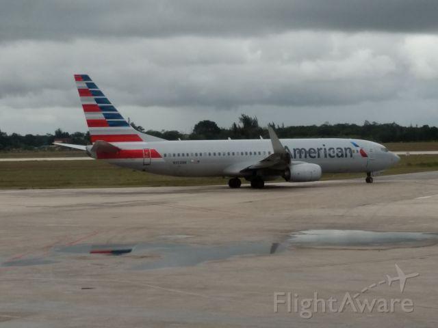 Boeing 737-700 (N958NN) - En la pista del Aeropuerto Frank País, carreteando para tomar pista con destino a EEUU