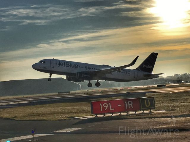 Airbus A320 — - JetBlue departing TPA.
