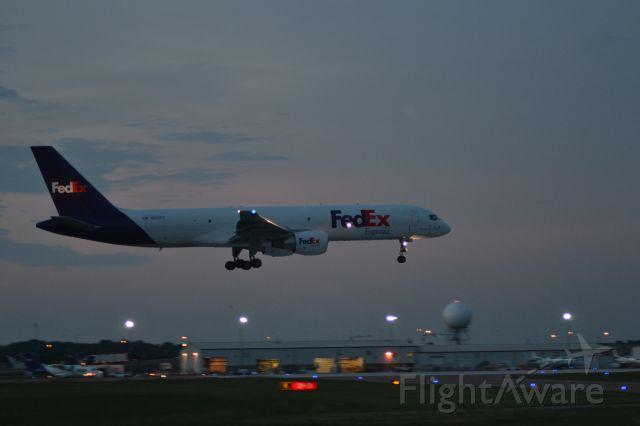 Boeing 757-200 (N993FD) - FDX1543 arriving KFSD from KMEM - 6-7-2012