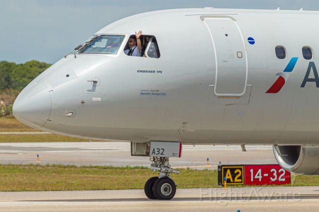 Embraer 175 (N432YX)