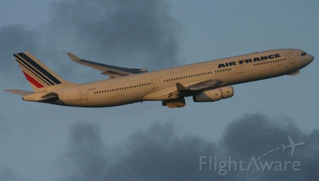 Airbus A340-300 (F-GLZS)