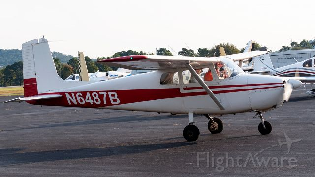 Cessna Skyhawk (N6487B) - Guy who owns this plane is a super cool  dude