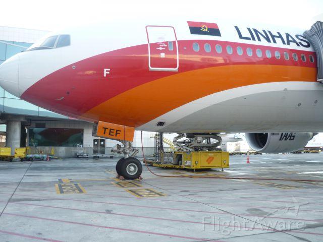 Boeing 777-200 (D2-TEF)