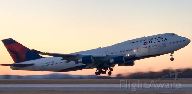 Boeing 747-400 (N674US) - Beautiful takeoff for the last Delta 747.  Back to ATL and then off to the desert for retirement.
