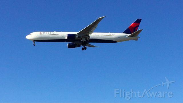 BOEING 767-400 (N843MH) - Landing 22L at KBOS