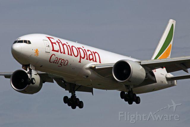 BOEING 777-200LR (ET-APU)