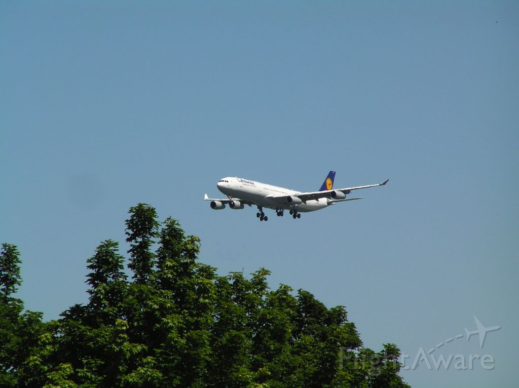 Airbus A340-300 (D-AIFF) - 2004-07-22 1405 PDT