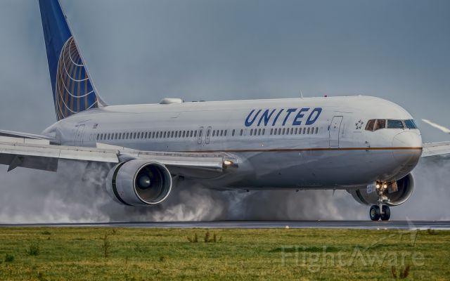 BOEING 767-300 (N657UA)