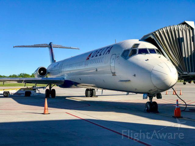 McDonnell Douglas MD-88 (N906DE)
