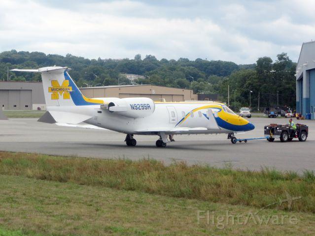 Learjet 60 (N929SR) - VERY cool paint scheme!