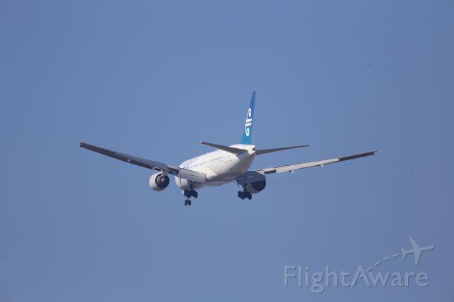 Boeing 777-200 (ZK-OKB)