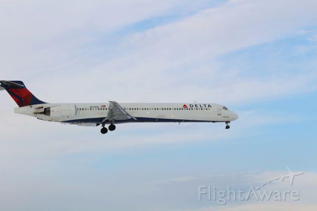 McDonnell Douglas MD-90 (N920DN)