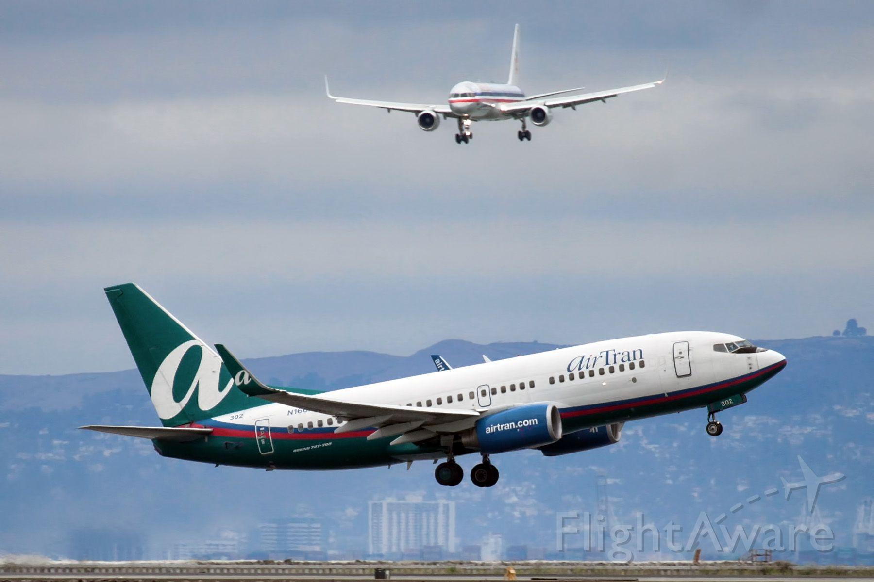 Boeing 737-700 (N166AT)