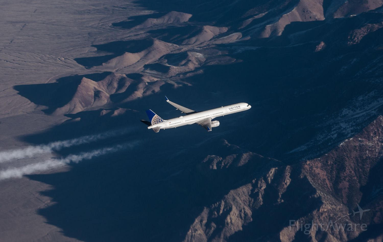 Boeing 757-200 — - crossing traffic, 1000