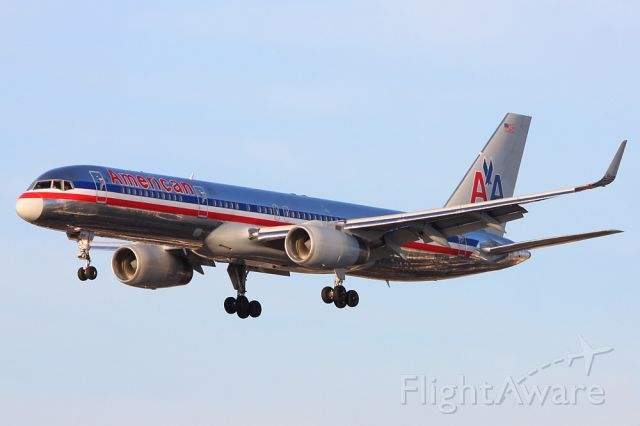 Boeing 757-200 (N189AN) - OLD LIVERY ON THE B757!