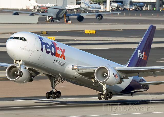 BOEING 767-300 (N101FE)