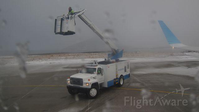 — — - descongelando los plano, previo al despegue /thawing the plane before takeoff