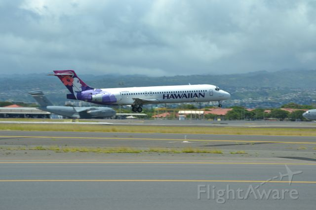 Boeing 717-200 (N490HA) - A Hawaiian Airlines 717-200 about to touchdown in Honolulu, Hawaii.