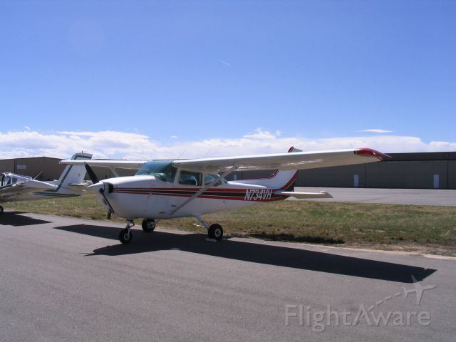 Cessna Skyhawk (N734VH) - Freshly washed and ready to fly. 4/12/06