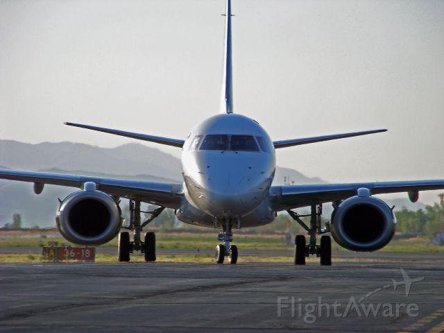 Embraer ERJ-190 (N175HQ)