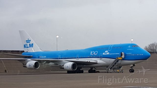 Boeing 747-200 (PH-BFN) - We were on the behind the scenes tour, enjoying the airside area from a tourbus,